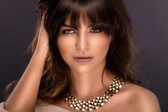 Schönheitsporträt der sexy Brunettefrau stockbild