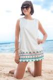 Schönheitsporträt der sexy Brunettefrau im weißen Kleid auf dem Strand mit Sonnenbrille Kreuzfahrtsommermode Bali, Indonesien Oze Stockfotos