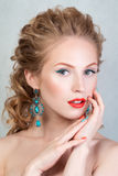 Schönheitsporträt des attraktiven blonden jungen Mädchens Lizenzfreie Stockfotos