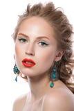 Schönheitsporträt des attraktiven blonden jungen Mädchens Stockfoto