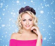 Schönheitsporträt des attraktiven blonden Mädchens mit dem gelockten Haar und einem b stockfotografie