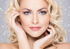 Schönheitsporträt des attraktiven blonden Mädchens mit dem gelockten Haar und einem b stockbilder