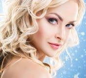 Schönheitsporträt des attraktiven blonden Mädchens mit dem gelockten Haar und einem b stockfotos