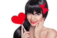 Schönheitsporträt des glücklichen lächelnden Mädchens mit den roten Lippen, die Rot halten Lizenzfreies Stockbild
