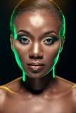 Schönheitsporträt des hübschen ethnischen afrikanischen Mädchens, auf dunklem backgro Stockfoto