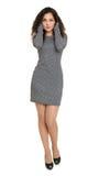 Schönheitsporträt des jungen Mädchens in voller Länge, kariertes Schwarzweiss-Kleid, langes gelocktes Haar, Zauberkonzept, lokali Stockfoto