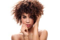 Schönheitsporträt des Mädchens mit Afro Lizenzfreie Stockfotografie