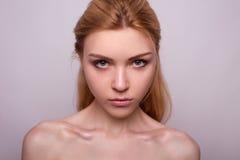 Schönheitsporträt des Mädchens mit Akt bilden Lizenzfreie Stockbilder