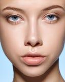 Schönheitsporträt des schönen Mädchens mit perfekter Haut lizenzfreie stockfotos