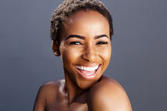 Schönheitsporträt des schwarzen weiblichen Mode-Modell-Lächelns Lizenzfreies Stockbild