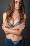 Schönheitsporträt eine Frau im BH und in den Jeans Lizenzfreie Stockfotos