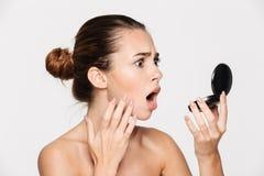 Schönheitsporträt einer entsetzten attraktiven halb nackten Frau Lizenzfreies Stockfoto
