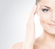Schönheitsporträt einer jungen Frau im Make-up Lizenzfreie Stockfotos