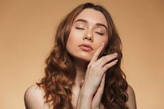 Schönheitsporträt einer reizenden jungen schulterfreien Frau Lizenzfreie Stockfotografie
