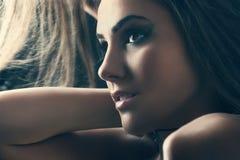 Schönheitsporträt einer sinnlichen Frau Stockfotografie
