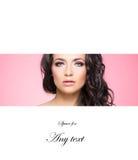 Schönheitsporträt eines Brunettemädchens im hellen Make-up Lizenzfreies Stockfoto