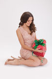 Schönheitsporträt eines glücklichen lieben Geschenks der jungen Frau Lizenzfreie Stockfotografie
