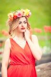 Schönheitsporträt im Freien mit bunten Blumen Lizenzfreie Stockfotos