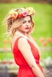 Schönheitsporträt im Freien mit bunten Blumen Stockfoto