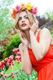 Schönheitsporträt im Freien mit bunten Blumen Stockfotos