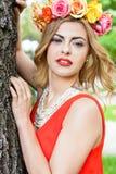 Schönheitsporträt im Freien mit bunten Blumen Lizenzfreies Stockbild