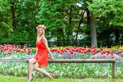 Schönheitsporträt im Freien mit bunten Blumen Stockbild