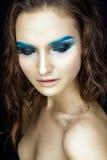 Schönheitsporträt mit blauen Lidschatten und dem nassen Haar Stockfotos