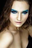 Schönheitsporträt mit blauen Lidschatten und dem nassen Haar Stockfotografie