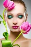 Schönheitsporträt mit Tulpen Stockbilder