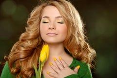 Schönheitsporträt mit Tulpe über schwarzem Hintergrund Stockfoto