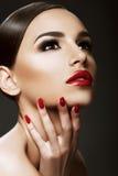 Schönheitsporträt, Schönheit auf dunklem Hintergrund lizenzfreie stockfotos
