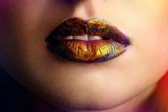 Schönheitsporträt von Lippen einer jungen Frau lizenzfreies stockbild