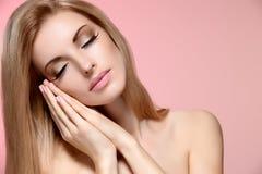 Schönheitsporträtfrau mit Augen schloss und schlief Lizenzfreies Stockbild