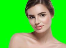 Schönheitsporträtgesichtsfarbenreinheitsschlüssel-Grünhintergrund Stockbild