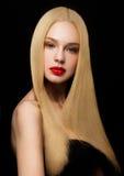 Schönheitsporträtmodell mit glänzender blonder Frisur Lizenzfreie Stockfotos