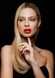 Schönheitsporträtmodell mit glänzender blonder Frisur Stockbilder