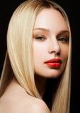 Schönheitsporträtmodell mit glänzender blonder Frisur Lizenzfreie Stockfotografie