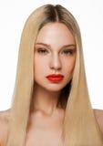 Schönheitsporträtmodell mit glänzender blonder Frisur Stockbild