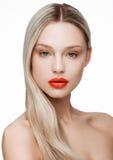 Schönheitsporträtmodell mit glänzender blonder Frisur Stockfoto