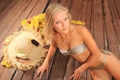 Schönheitsportrait der Frau auf dem Strand stockbilder