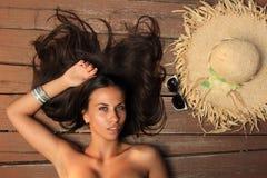 Schönheitsportrait der Frau auf dem Strand lizenzfreies stockbild