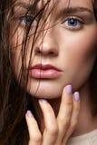 Schönheitsportrait der jungen Frau Brunettemädchen mit hellem Blau e lizenzfreies stockfoto