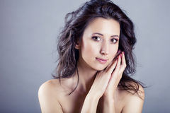 Schönheitsportrait der reizvollen kaukasischen Frau Lizenzfreie Stockfotos