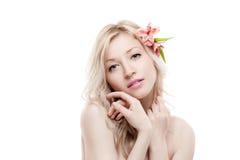 Schönheitsportrait des jungen Mädchens mit Blumen im Haar Stockfotografie