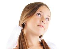 Schönheitsportrait des kleinen Mädchens mit weißen Bögen Stockbilder