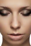 Schönheitsportrait des vorbildlichen Gesichtes mit Art- und WeiseAntlitz Stockfotografie