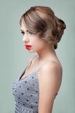 Schönheitsportrait einer blonden Aufstellung der jungen Frau Stockbilder