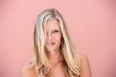 Schönheitsportrait einer blonden Frau lizenzfreies stockfoto