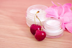 Schönheitsprodukt mit natürlichen Bestandteilen (Kirschen) Lizenzfreie Stockfotos