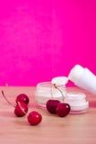 Schönheitsprodukt mit natürlichen Bestandteilen (Kirschen) Stockfotos